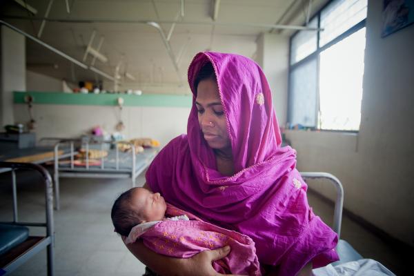 Une mère avec son nouveau-né au Bangladesh © Nations Unies