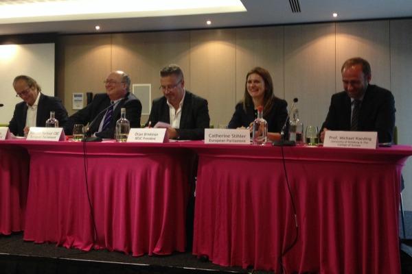 Des eurodéputés discutent des droits des consommateurs. Bruxelles, 17 juin. [Henriette Jacobsen]