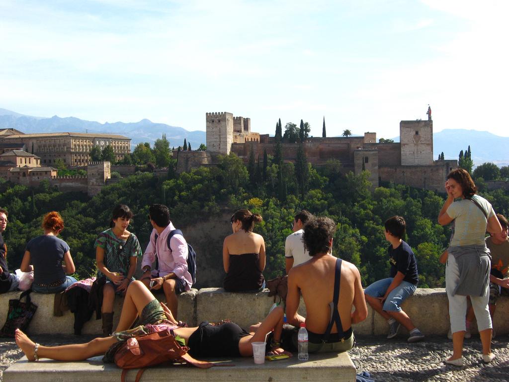 Touristes devant l'Alhambra de Grenade en Andalousie, Espagne [Driek/Flick]