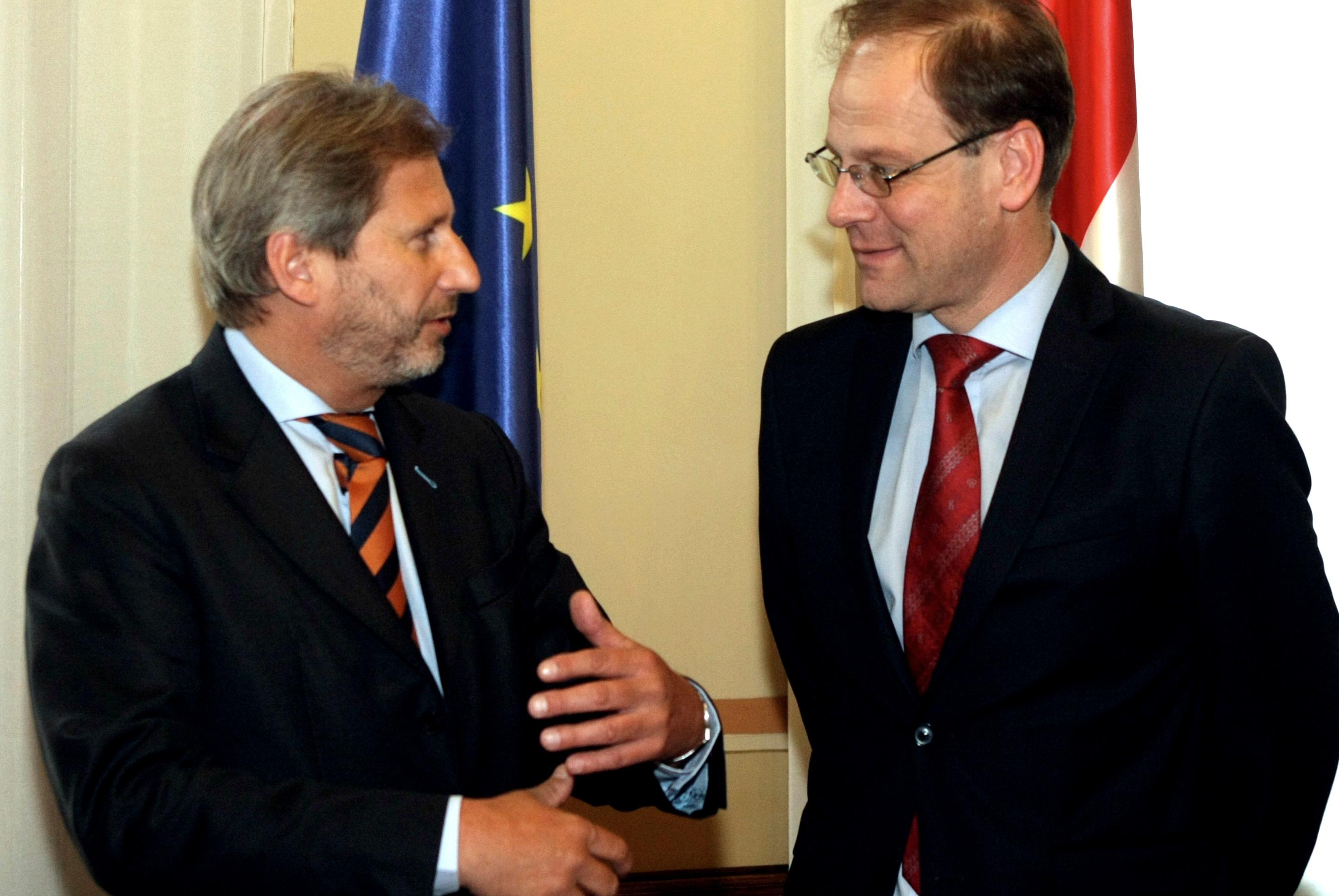 Tibor Navracsics (à droite) en discussion avec Johannes Hahn, commissaire autrichien  [European Commission]
