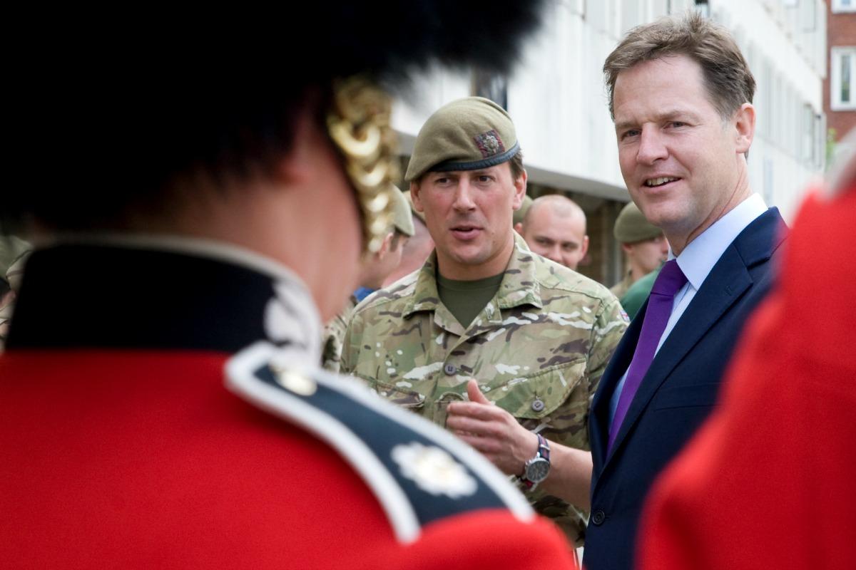 le vice-premier ministre britannique, Nick Clegg, visite la garde écossaise à Londres, juin 2014 [Photo: Cabinet du gouvernement britannique/Flickr]