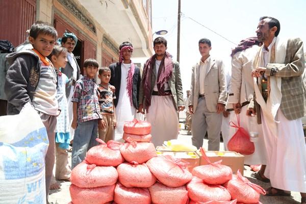 Des Yéménites reçoivent de l'aide alimentaire à Sanaa [Fares Khoailed/WFP].