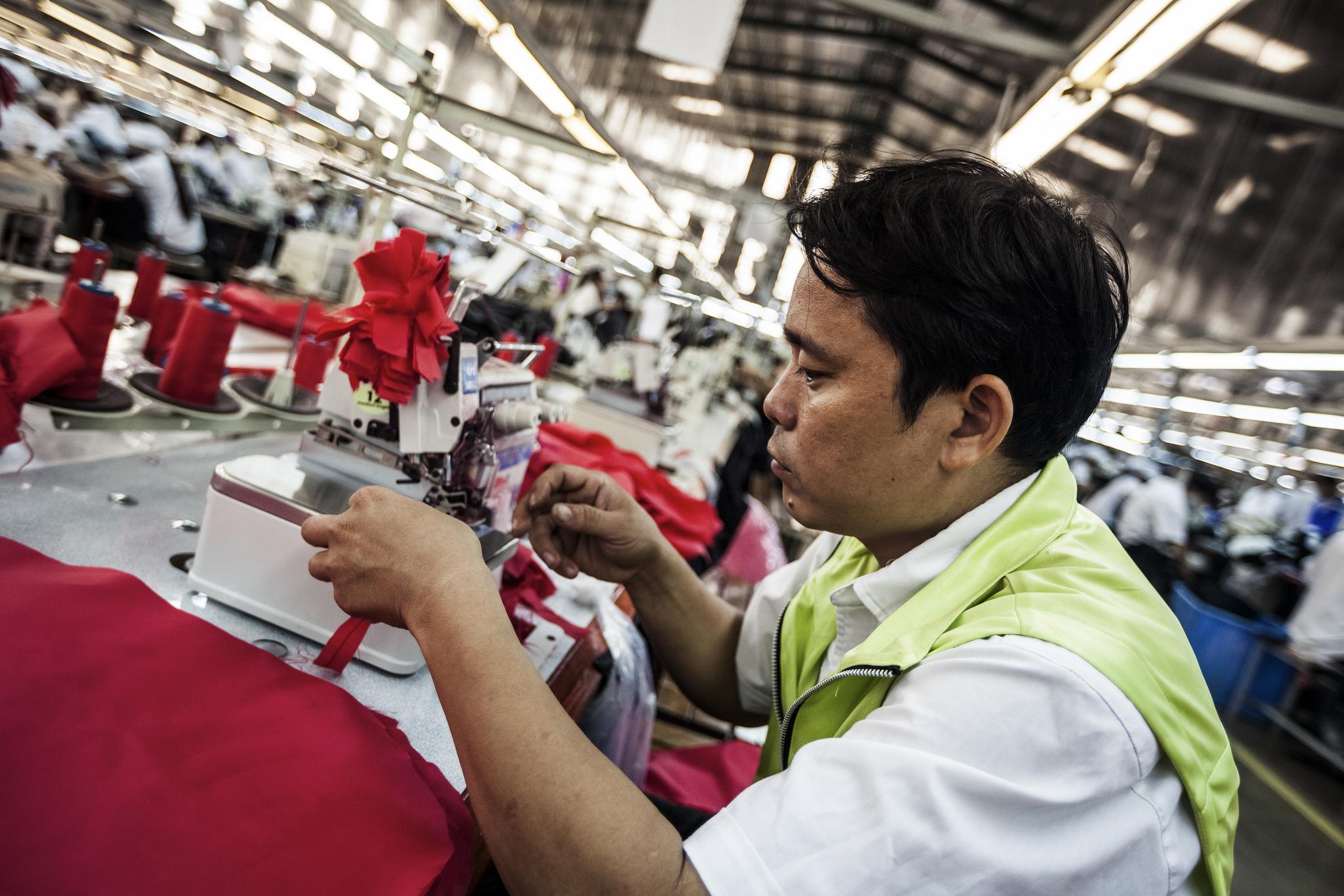 Le ministre du Développement allemand, Gerd Müller, améliorer les conditions de travail dans les pays en voie de développement dans le secteur du prêt-à-porter. [ILO/Aaron Santos]