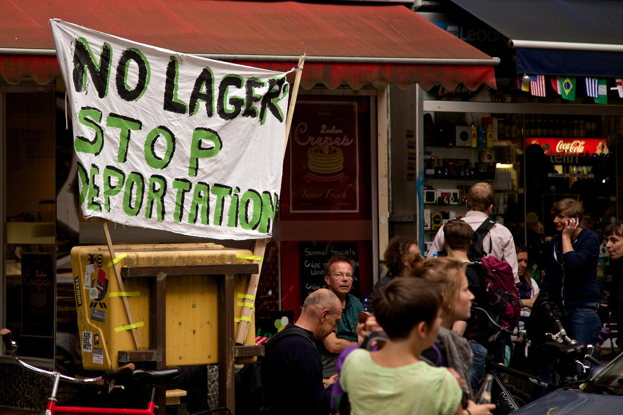 Des manifestants dénoncent les déportations d'immigrants illégaux à Berlin, Allemagne. Juin 2014 [Markus Winkler/Flickr]