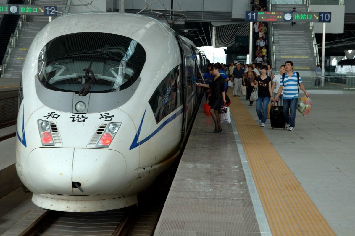 Des passagers se dépêchent de rejoindre leur train dans la nouvelle gare du sud de Guangzhou, en Chine.