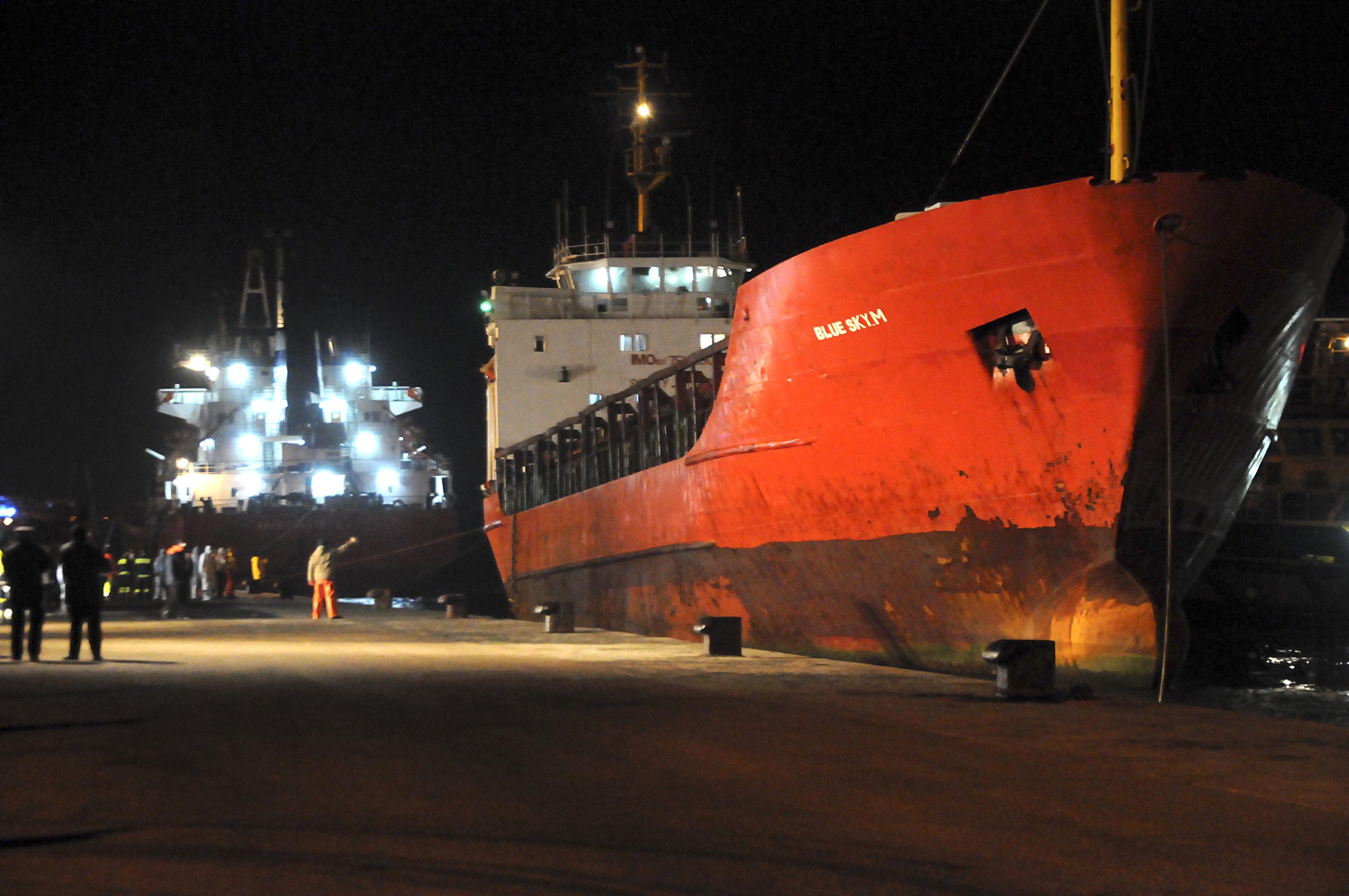La cargo Blue Sky M., à quai dans le port de Gallipoli, dans le sud de l'Italie, le 31 décembre. [Reuters]