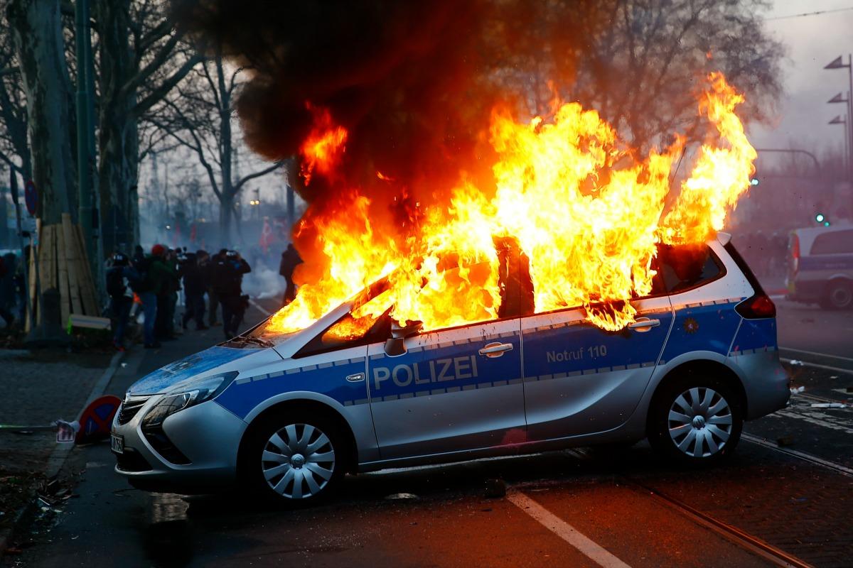 Des voitures de la police allemande ont été incendiées par des manifestants anti-austérité à quelques heures de l'inauguration du nouveau bâtiment de la Banque centrale européenne (BCE) à Frankfort, en Allemagne. 18 mars 2015.