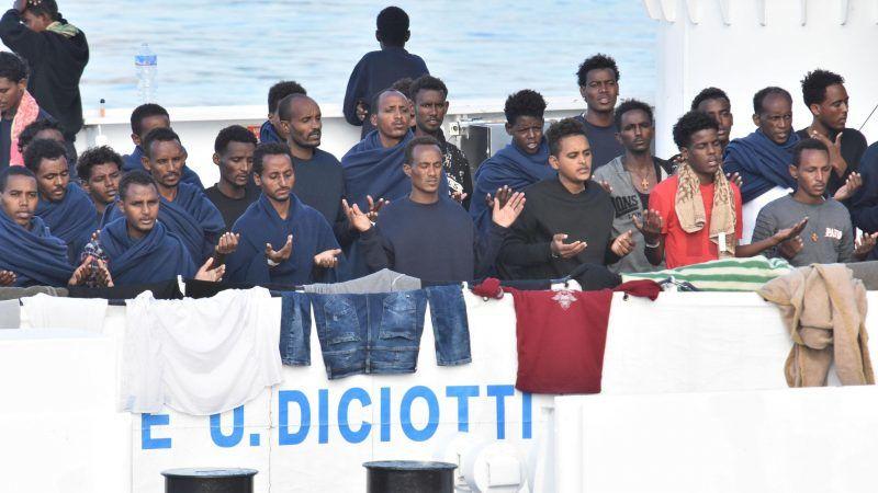 Les 177 migrants sauvés par les gardes-côtes interdits de débarquer — Italie